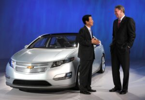 LG Chem President and CEO Kim Bahn-suk (left) meets with former GM Chairman Rick Wagoner in front of the Chevrolet Volt electric vehicle.
