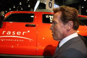 The Governator Visits the FEV booth at SAE to check out a prototype Hummer H3 plug-in hybrid averaging over 100 mpg.