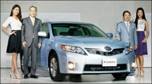 Toyota Motor Executive Vice President Funo Yukitoshi, left, and Toyota Korea President Taizo Chigira introducing the Camry to Korea.