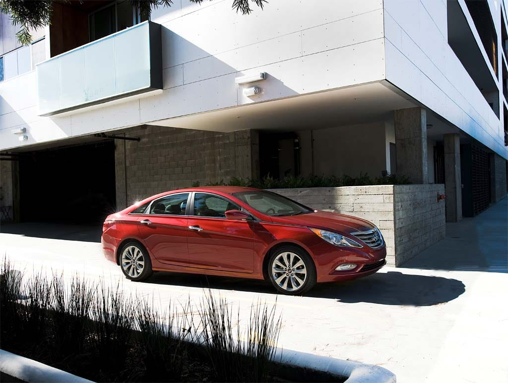hyundai drops price boosts mileage on 11 sonata. Black Bedroom Furniture Sets. Home Design Ideas