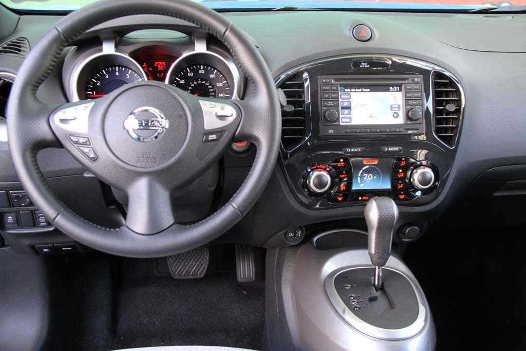 First drive 2011 nissan juke 2011 nissan juke interior for Nissan juke interieur