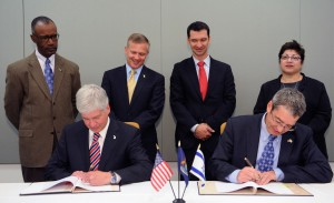 Michigan Governor Rick Snyder and Consul General of Israel to the Midwest Roey Gilad signed a bilateral cooperation agreement to promote joint industrial research and development projects.
