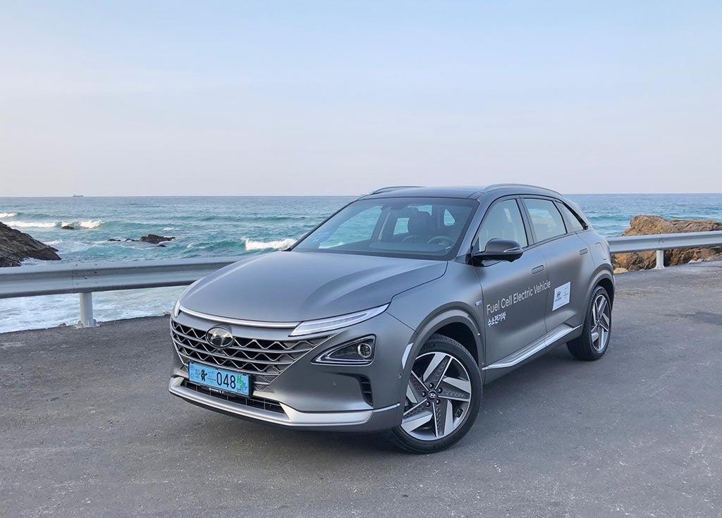 2019 Hyundai Nexo - front 3-4 by water