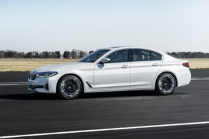 2021 BMW 540i xDrive blanco lateral