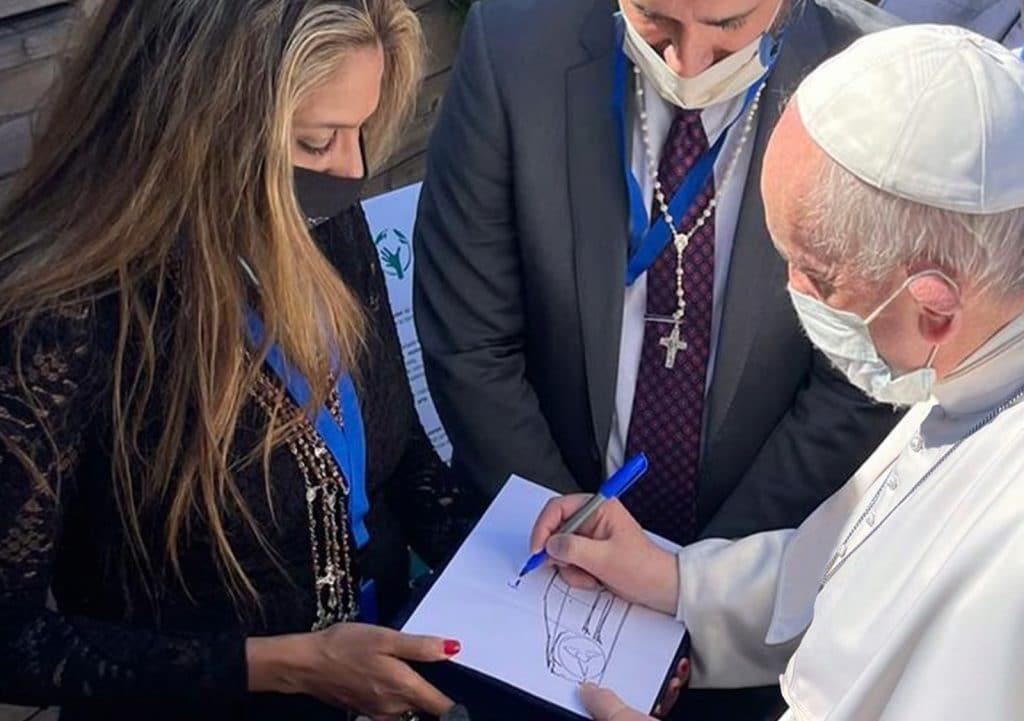 Papa firma dibujo de Fisker